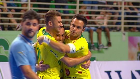 Falcão faz dois, fica a 7 do gol 400, e Brasil goleia o Uruguai na estreia do Grand Prix