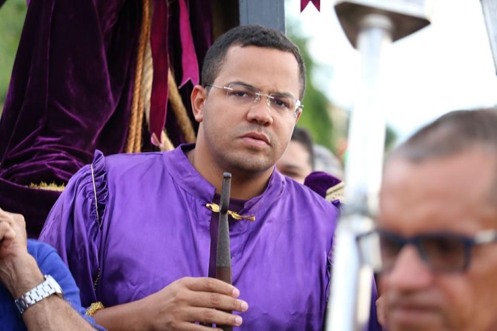 Luís Henrique Nunes colabora carregando o andor de Bom Jesus (Foto: Andrê Nascimento / G1 PI)