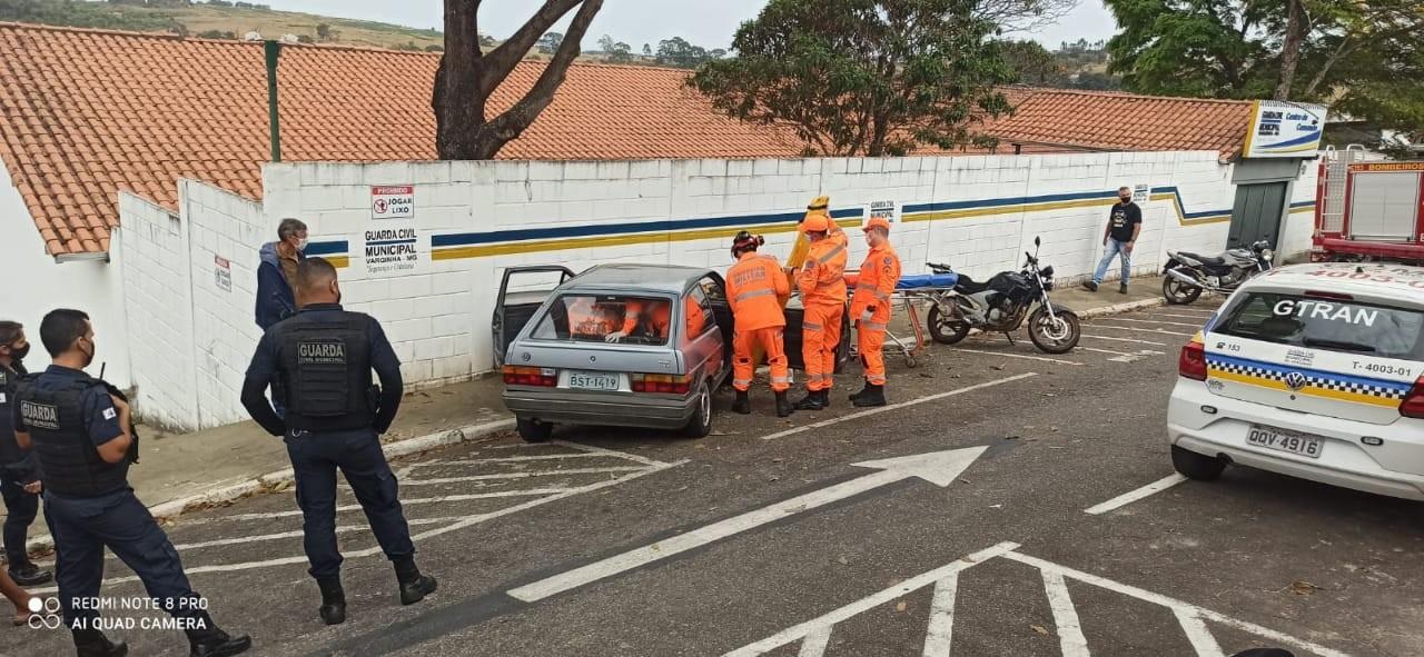 Homem fica preso no carro após bater no muro da sede da Guarda Municipal em Varginha, MG
