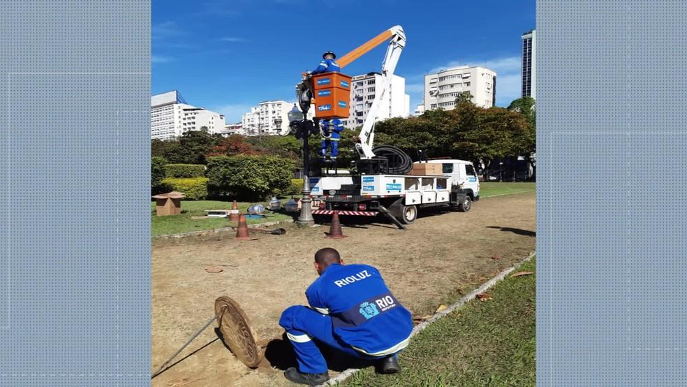 Técnicos fizeram mutirão de limpeza e consertos na Praça Paris no sábado (17) — Foto: Reprodução / TV Globo