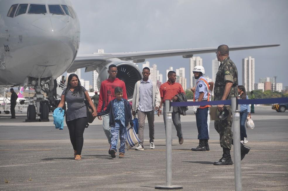 Ao todo, 23 venezuelanos chegaram a Pernambuco nesta quarta-feira (13) — Foto: Marcelo Vidal/SDSCJ/Divulgação