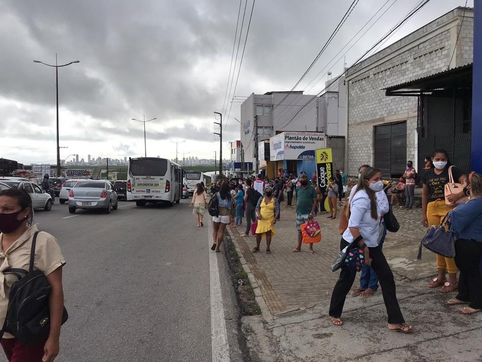 Passageiros esperam ônibus em Natal, durante greve de rodoviários — Foto: Ayrton Freire/Inter TV Cabugi