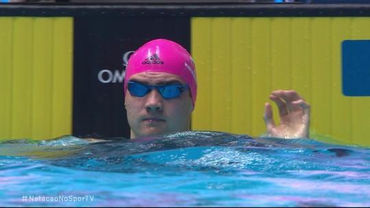 Kliment Kolesnikov vence a semifinal 2 dos 50m costas masculino