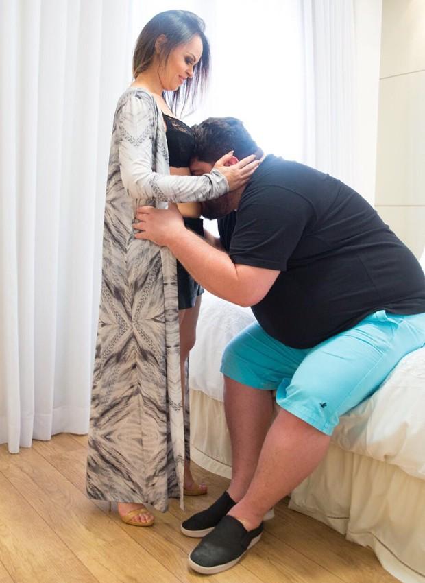César Menotti beija a barriguinha da mulher, Theo (Foto: Divulgação)