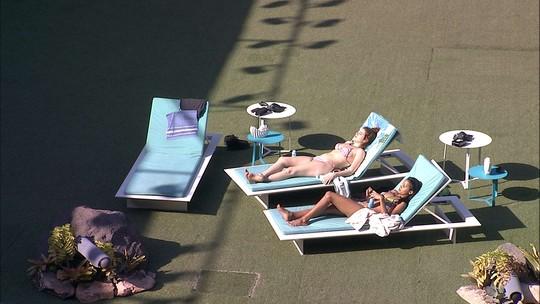 Gleici e Ana Clara tomam sol na área externa
