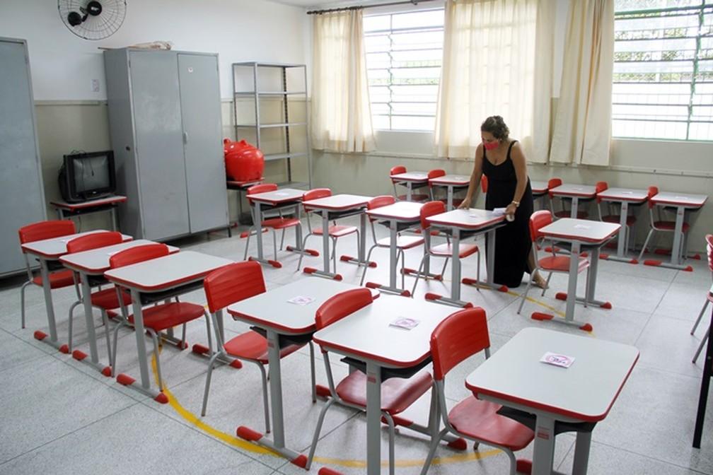 Funcionária arrumando sala para o retorno das aulas — Foto: Divulgação