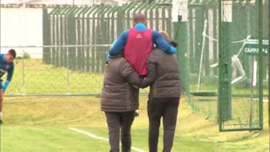 William Matheus torce tornozelo e deixa treino do Coritiba; veja o vídeo