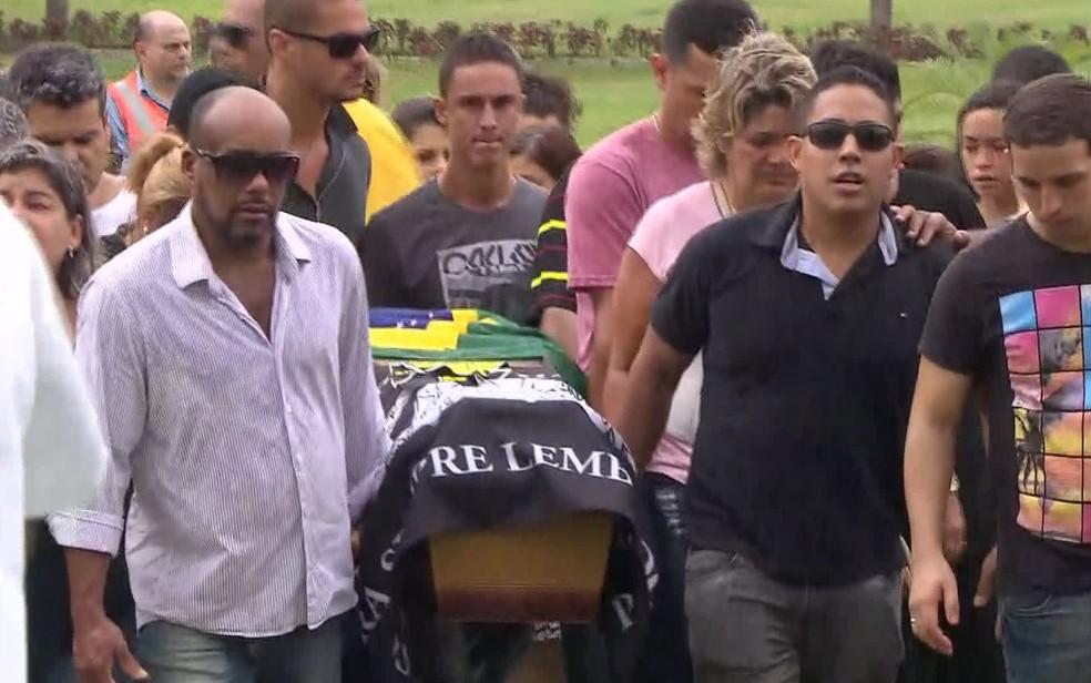 Enterro do PM morto na Rocinha no cemitério de Sulacap (Foto: Reprodução/TV Globo)