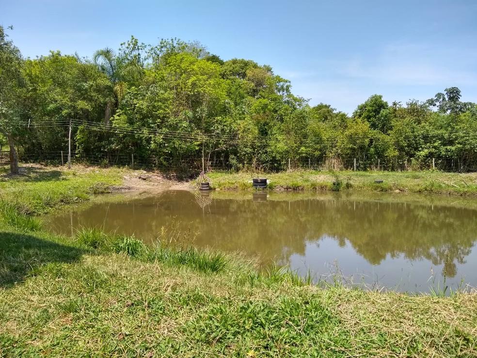 Segundo a Polícia Ambiental, represamento feito através de duas barragens também é ilegal para uma área protegida de nascente  — Foto: Polícia Ambiental/Divulgação