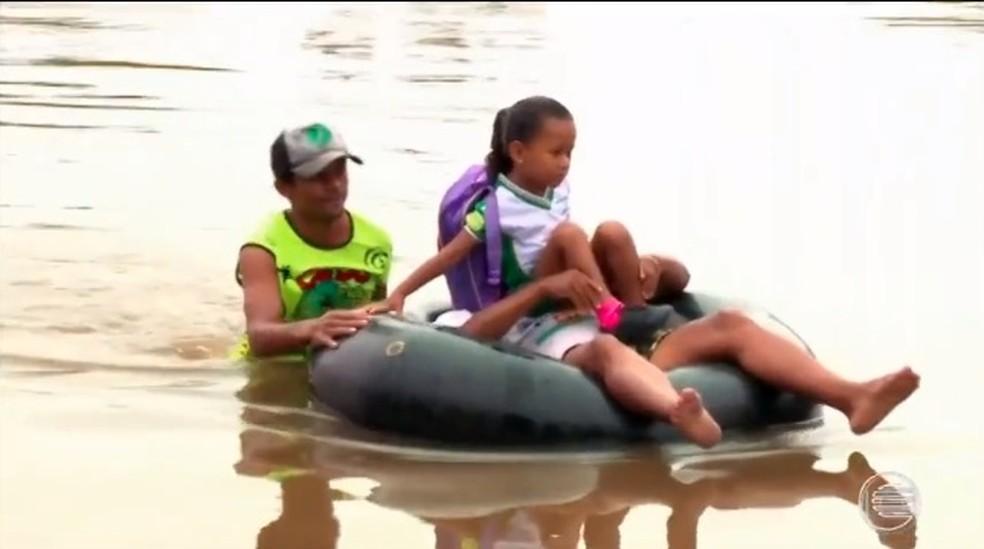 Sem canoas estudantes voltam a usar boias para ir à escola no PI