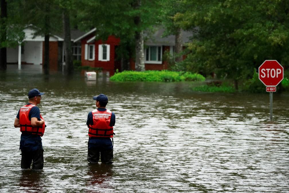 Guardas inspecionam enchente causada pelo furacão Florence em Lumberton, na Carolina do Norte — Foto: Jason Miczek/Reuters