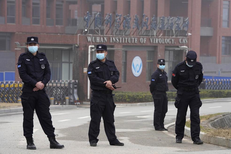 Forças policiais em frente ao Instituto de Virologia de Wuhan, na China, durante visita de equipe da OMS que investiga a origem do novo coronavírus — Foto: Ng Han Guan/AP