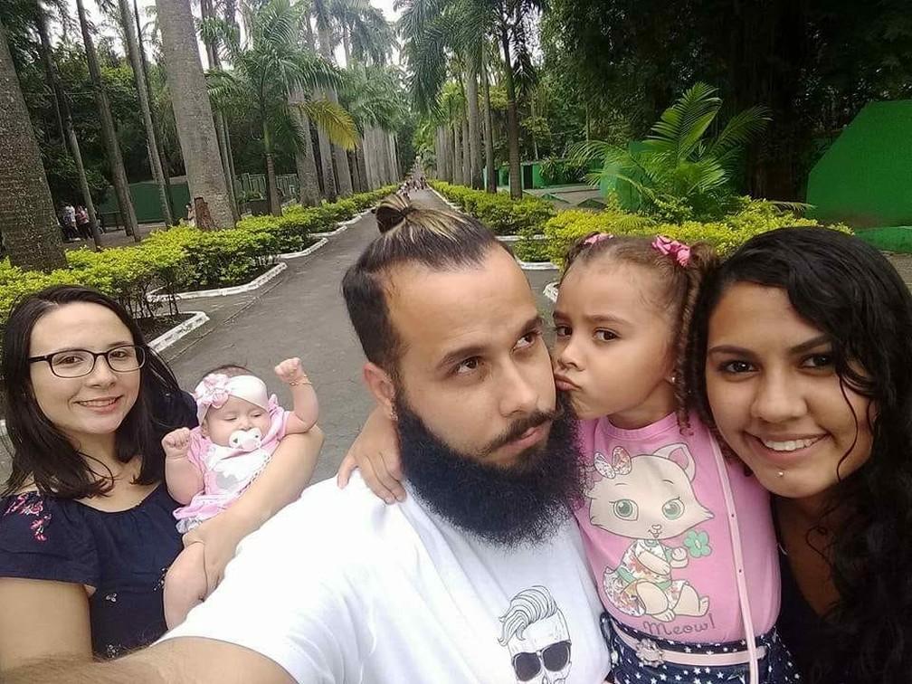 Família tem cinco integrantes: Leandro, Thais e Yasmin (pais) e Emily e Isabela (filhas) (Foto: Arquivo Pessoal)