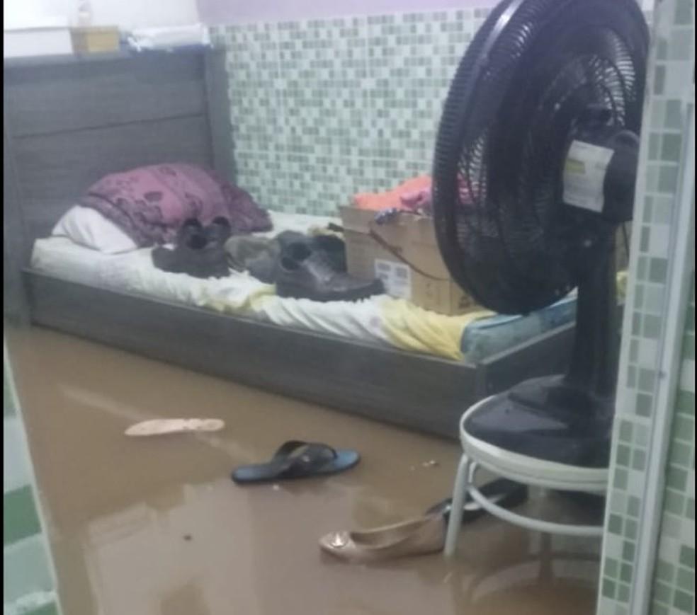 Quarto inundado em casa localizada na Vila João de Barros, em Ipojuca, no Grande Recife — Foto: Reprodução/TV Globo