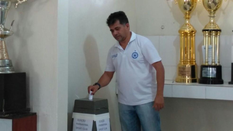 Batista Filho no momento da votação (Foto: Miguel Bezerra)