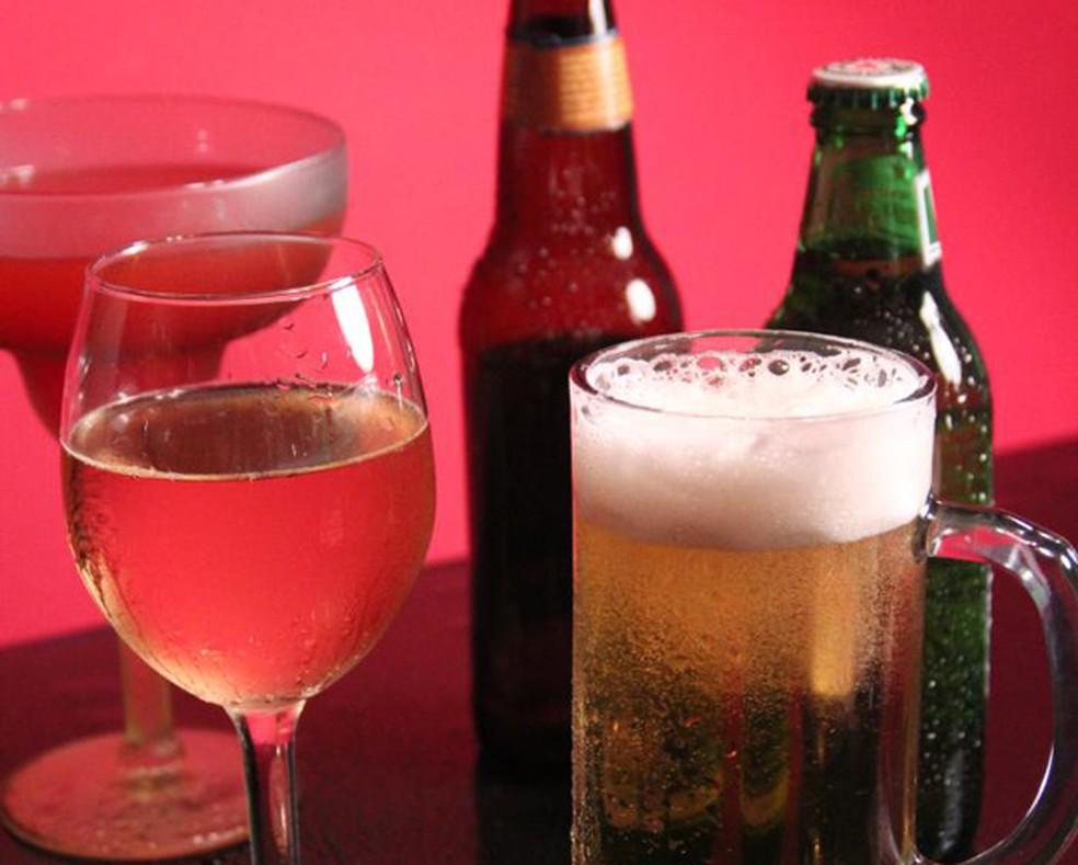 Estudo sugere que mesmo níveis considerados moderados de consumo de álcool são associados a um maior risco de danos cerebrais. (Foto: CDC/Debora Cartagena)