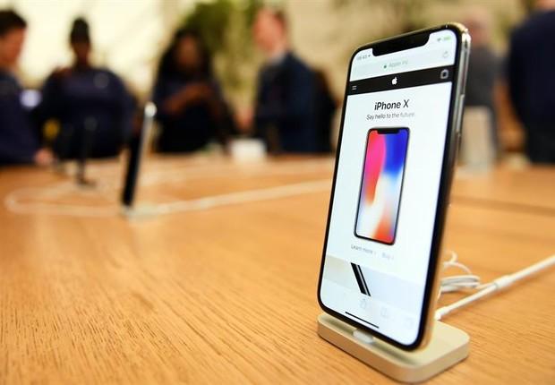 iPhone X em loja da Apple: aparelho elimina o botão central (Foto: Andy Rain/EFE)
