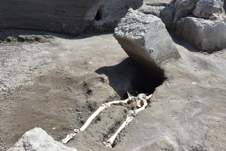 Esqueleto de homem foi atingido por um pedregulho após fugir da erupção do Vesúvio. (Foto: Parco Archeologico di Pompei)