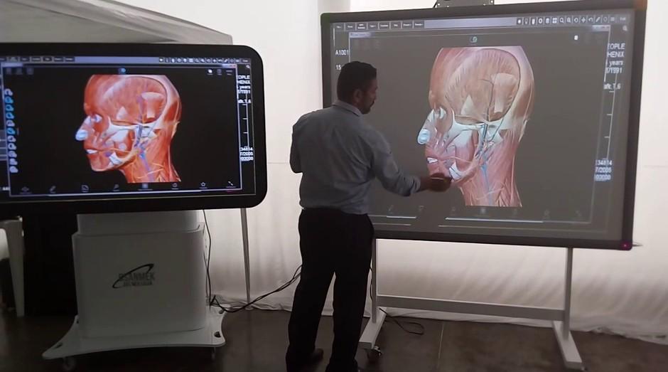 O empresário Cláudio Santana demonstra a mesa anatômica 3D para dissecação virtual (Foto: Divulgação)
