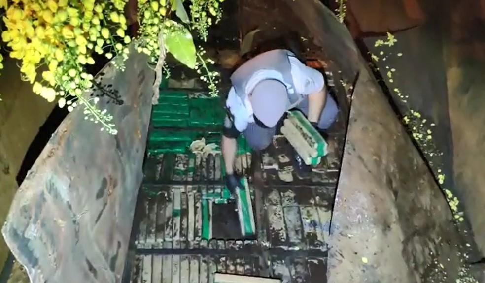 Droga estava em um fundo falso de um caminhão que foi abordado em Assis  — Foto: Polícia Rodoviária / Divulgação