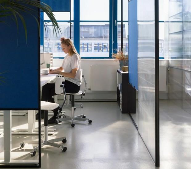 Para dar privacidade aos funcionários, foram instalados cubículos à moda antiga (Foto: Space 10/ Reprodução)