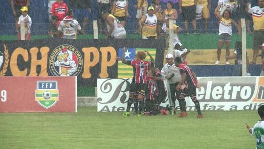 """Atrás da artilharia, Roney """"seca"""" Freitas em duelo contra Altos: """"Tomara que eu faça gols, ele não"""""""