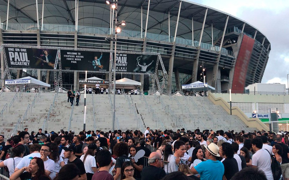 Fãs chegaram cedo à Arena Fonte Nova em dia de show de Paul McCartney (Foto: Alan Tiago Alves/G1)