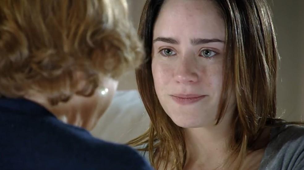 Ana (Fernanda Vasconcellos) pergunta a Iná (Nicette Bruno) se Rodrigo (Rafael Cardoso) está com alguém em 'A Vida da Gente' — Foto: Globo