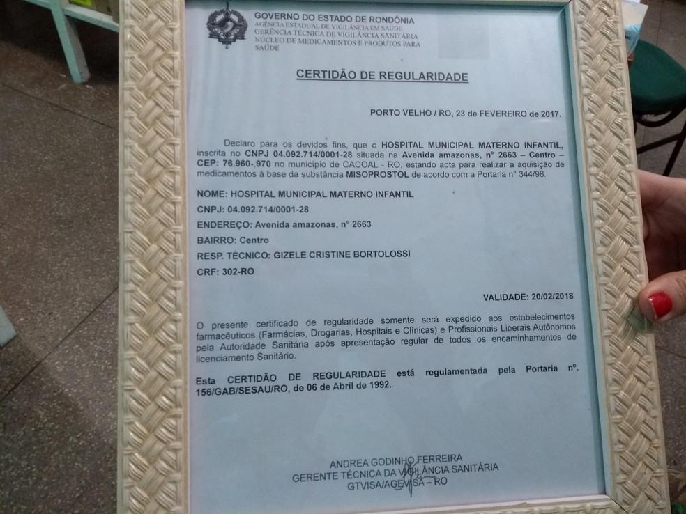 Certificado sobre farmac�utica respons�vel pela farm�cia do Hospital Materno Infantil de Cacoal, RO (Foto: Rog�rio Aderbal/G1)