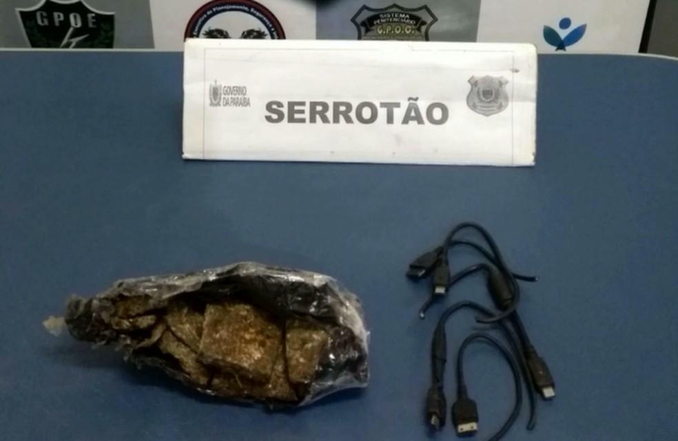 Cerca de 120 gramas de maconha e cinco cabos de carregadores de celular estavam presos ao corpo do gato — Foto: Reprodução/TV Paraíba