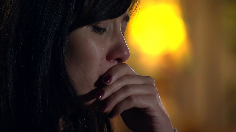 Manuela (Marjorie Estiano) chora ao ler email de Rodrigo (Rafael Cardoso) em 'A Vida da Gente' — Foto: Globo