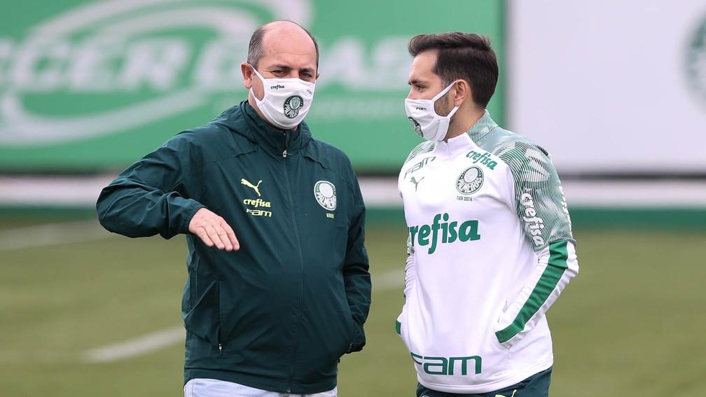 Cicero Souza, gerente do Palmeiras, com o analista de desempenho Tiago Costa — Foto: Cesar Greco / Ag. Palmeiras