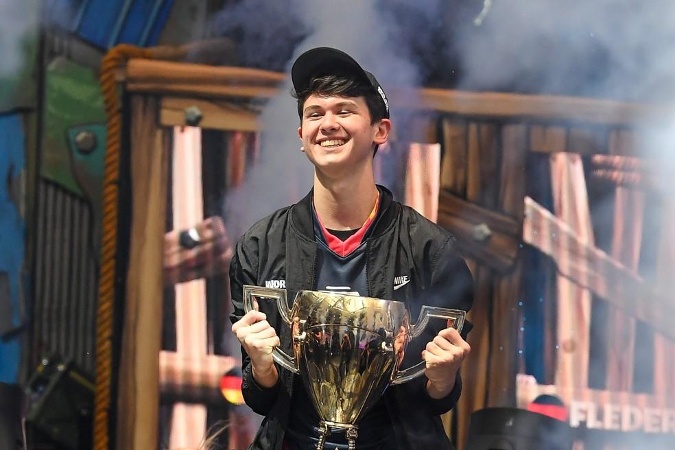 Bugha com o troféu de campeão da Copa do Mundo de Fortnite de 2019 — Foto: Reuters