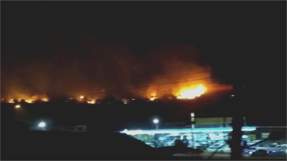 Chamas assustaram os moradores na noite de quarta-feira — Foto: Mônica Pinheiro/arquivo pessoal