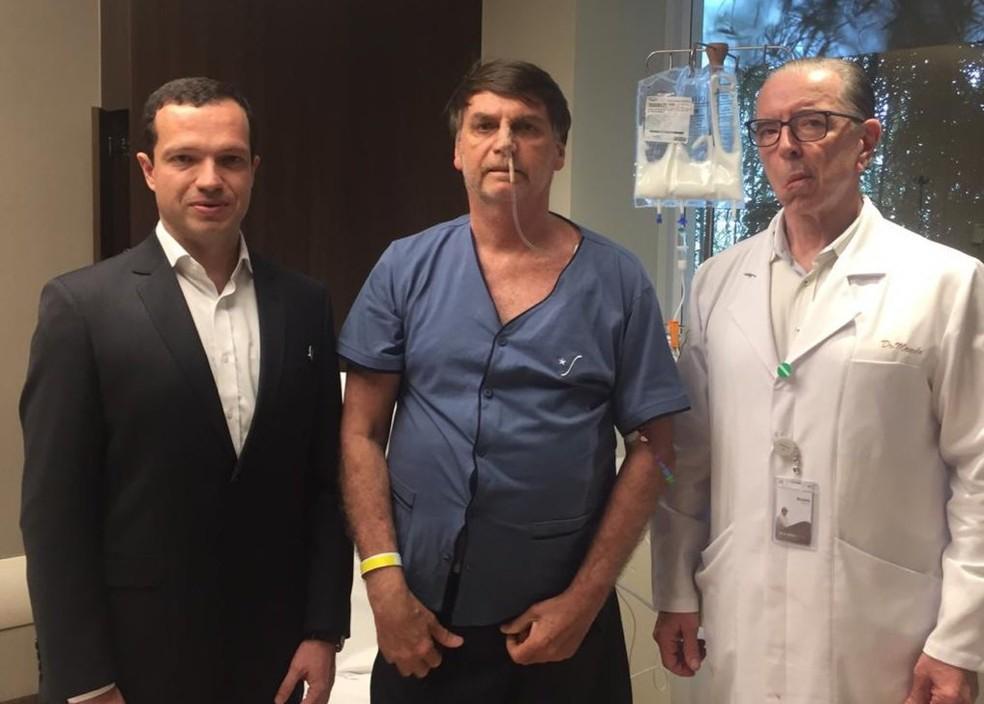 Bolsonaro ao lado dos médicos Luiz Henrique Borsato (à esq.) e Antonio Luiz Macedo — Foto: Reprodução/Twitter