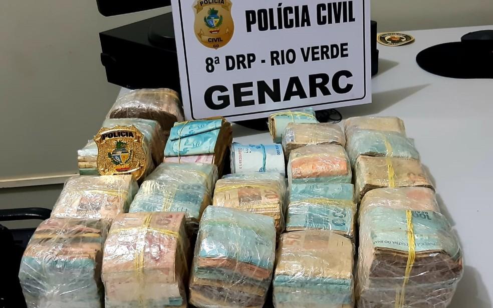Os R$ 200 mil estão apreendidos com a polícia, já que suspeito não teria explicado a origem — Foto: Polícia Civil/Divulgação