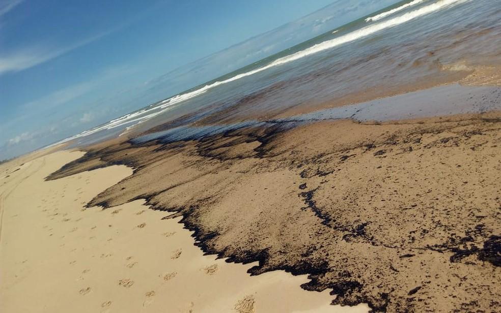 Mancha de óleo na Praia de Jatobá, na Barra dos Coqueiros (SE) (Foto: Jackson Borges Lacerda)