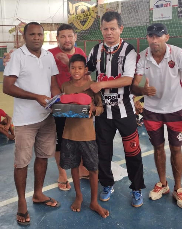 Outras crianças da escolinha foram ajudadas após repercussão da doação para Vinícius Júnior — Foto: Arquivo pessoal/Adir Pereira