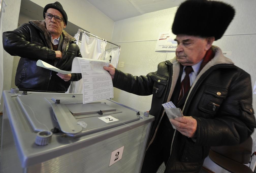 Eleições começaram no extremo oriente da Rússia, na cidade de Yelizovo, no domingo (18) (Foto: Alexander Petrov/AP)