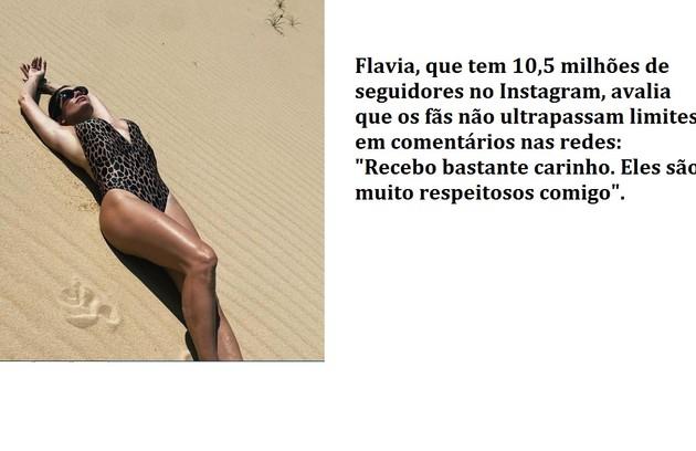 A atriz, de 47 anos, registrou pose em duna do Nordeste. Ao site, ela conta que os comentários dos fãs não são desrespeitosos (Foto: Reprodução)