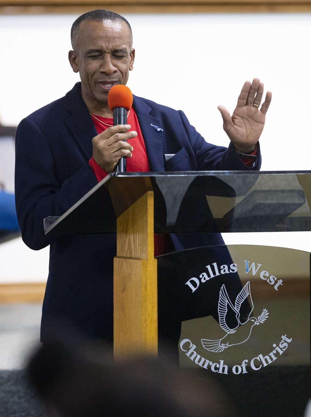 O pai de Botham Jean, Bertrum, fala sobre a necessidade de perdão durante serviço religioso em homenagem à família na quarta-feira (2), em Dallas. — Foto: Brandon Wade/AP