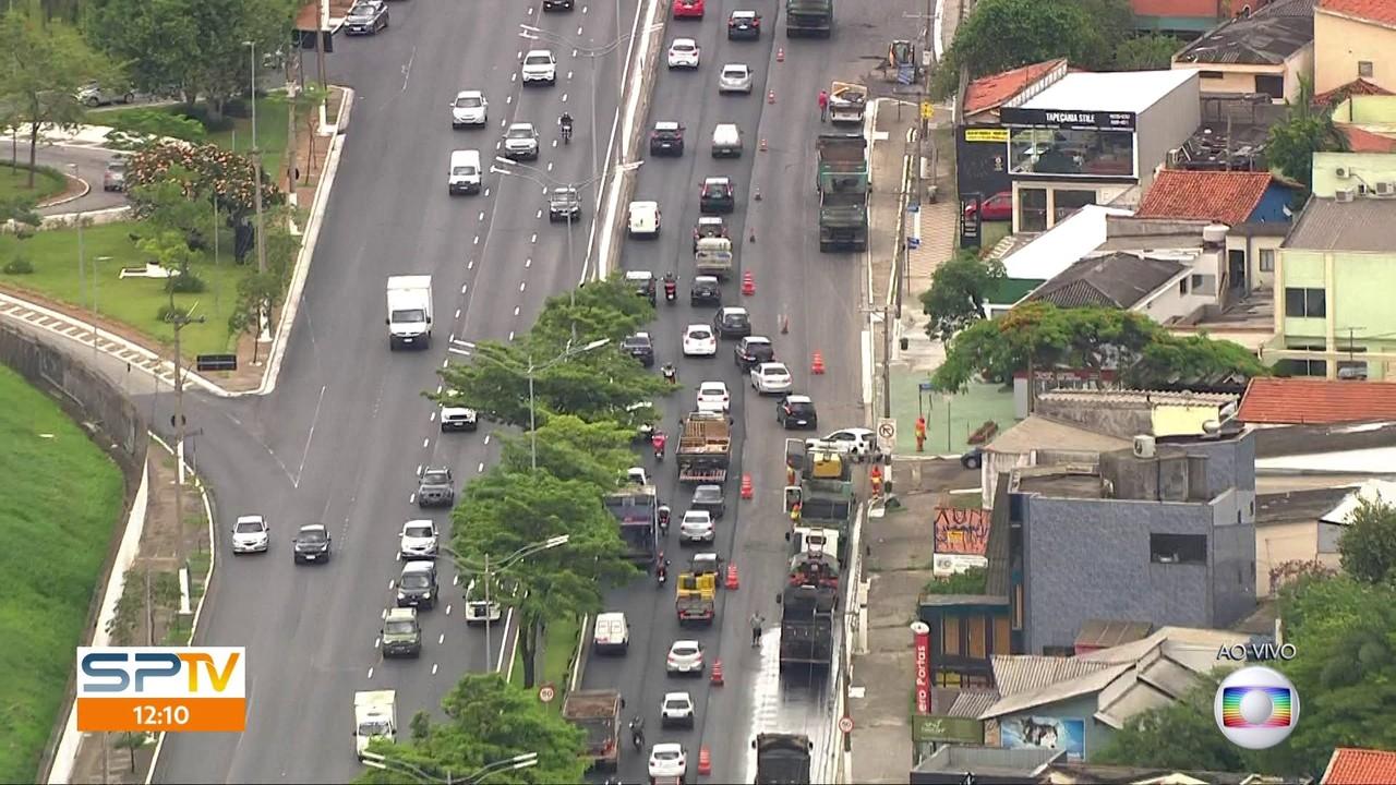 Obras de recapeamento travam o trânsito na avenida dos Bandeirantes