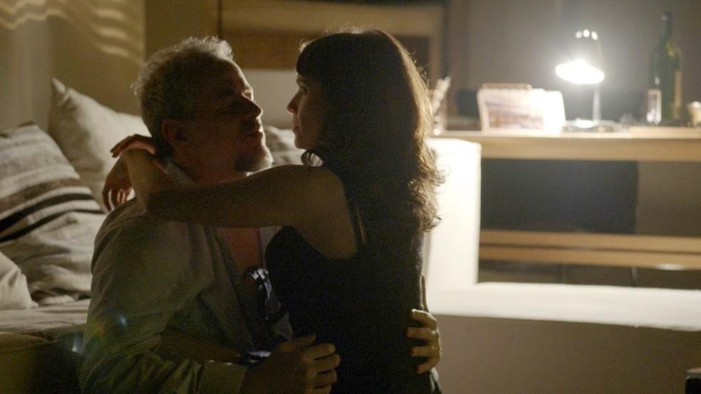 Em 'A Força do Querer', clima esquenta entre Eugênio (Dan Stulbach) e Irene (Débora Falabella) — Foto: Globo