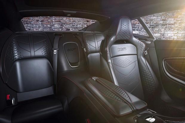 """O interior tem detalhes bordados no couro preto com o """"007"""" da versão especial (Foto: Divulgação)"""