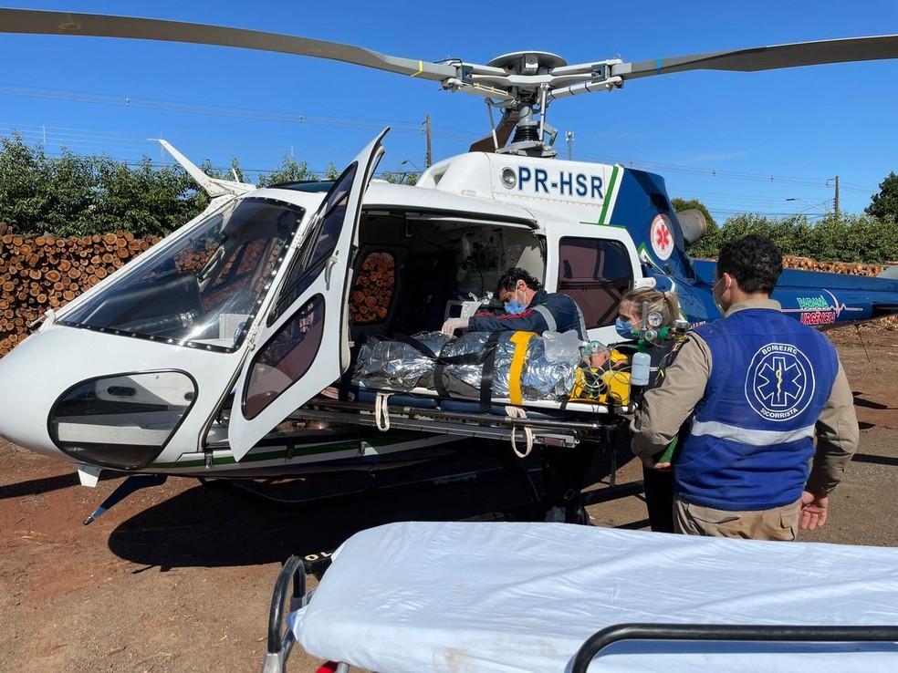 Trabalhador foi socorrido e levado de helicóptero ao hospital de Maringá — Foto: Samu-Operações Aéreas/Divulgação
