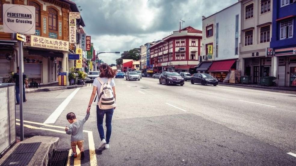 Localizado no extremo leste do centro de Cingapura, Geylang é o único distrito da luz vermelha legalizado na cidade — Foto: Shan Shihan/Getty Images via BBC