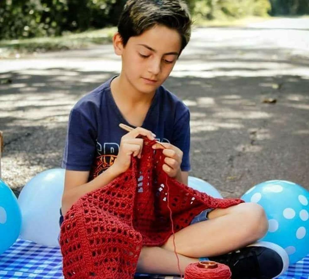 Junior Silva faz sucesso na internet ensinando crochê (Foto: Arquivo Pessoal/Junior Silva)