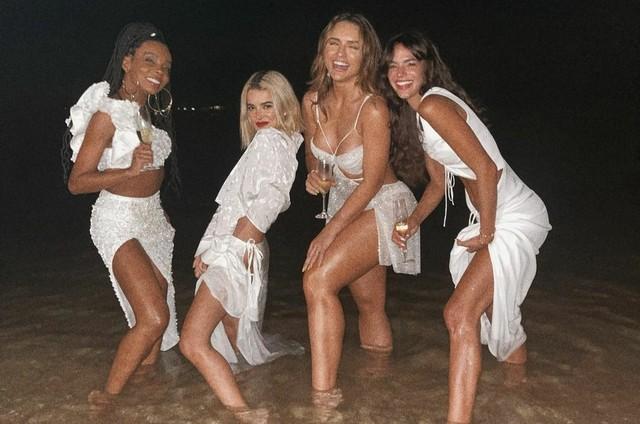 Thelminha, Bruna Marquezine, Manu Gavassi e Rafa Kalimann entram no mar em festa de Ano Novo (Foto: Reprodução instagram)