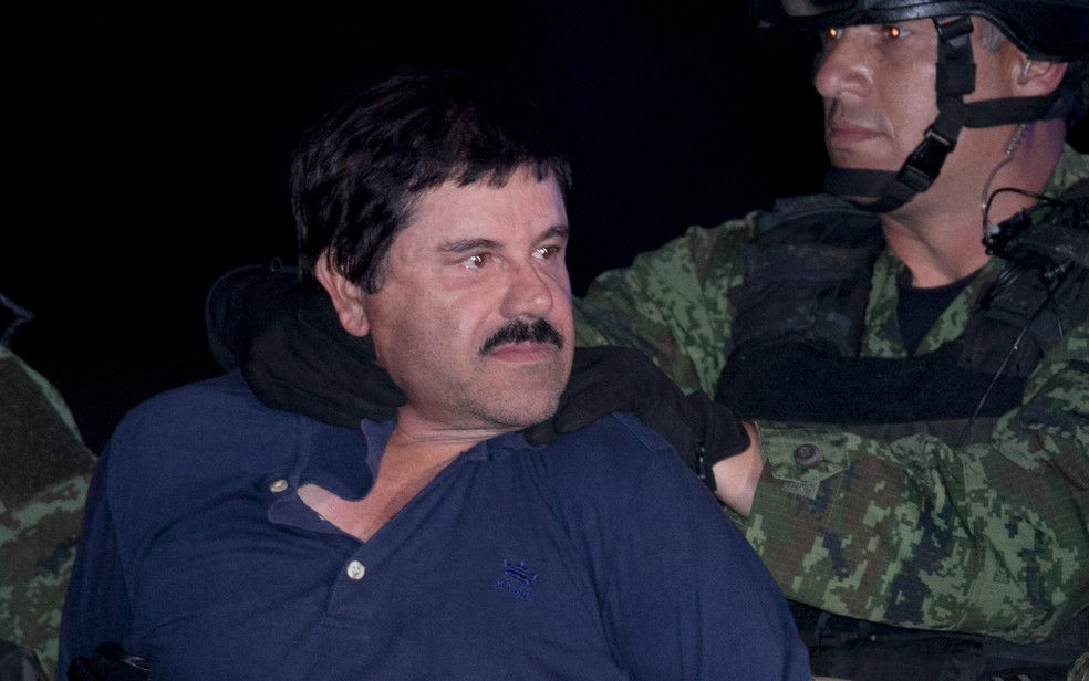 "Joaquin ""El Chapo"" Guzman é levado por militares até helicóptero em hangar federal na Cidade do México nem 2016 — Foto:  Marco Ugarter/AP"