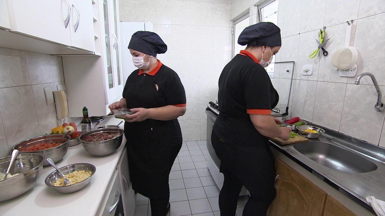 Faturamento de cozinheiras sobe 30% durante a pandemia com a venda de marmitas congeladas